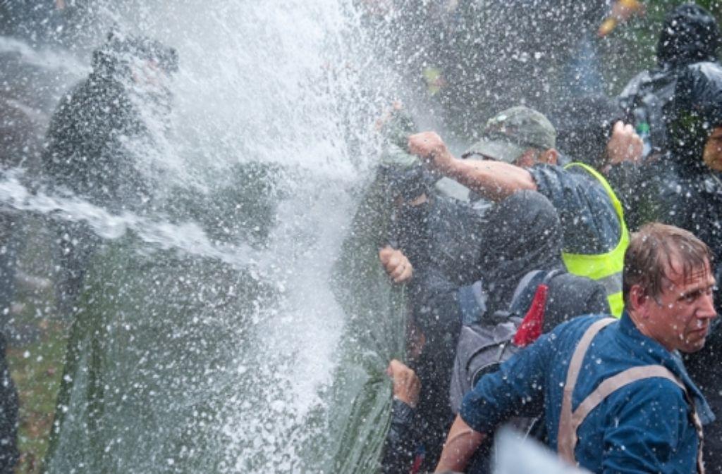 Durch massive Wasserstöße sind mindestens neun Demonstranten verletzt worden. Foto: dpa