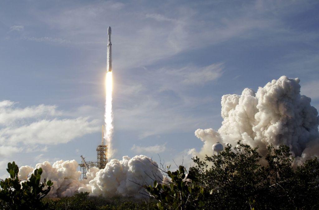 """Auf dem Weg zum Mars: Die """"Falcon Heavy"""" ist nach Angaben von SpaceX mit 70 Metern Länge und 60 Tonnen Nutzlast die größte derzeit im Einsatz befindliche Weltraumrakete. Foto: FR60642 AP"""