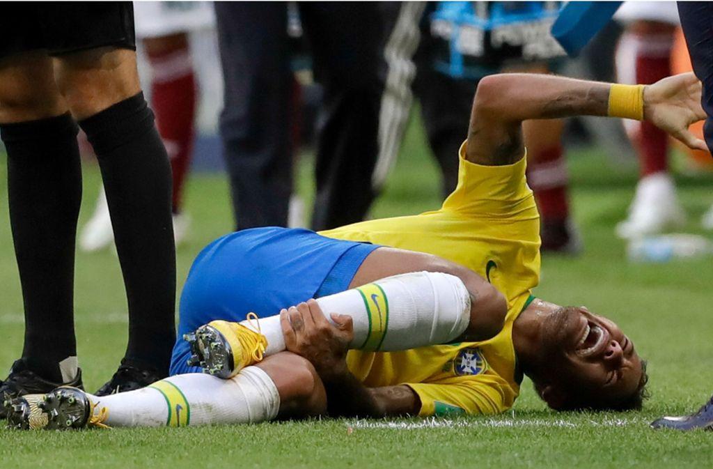 Neymar wurde zwar tatsächlich am Fuß getroffen, doch er schauspielerte ausgiebig – nach wenigen Minuten war er wieder topfit. Foto: AP