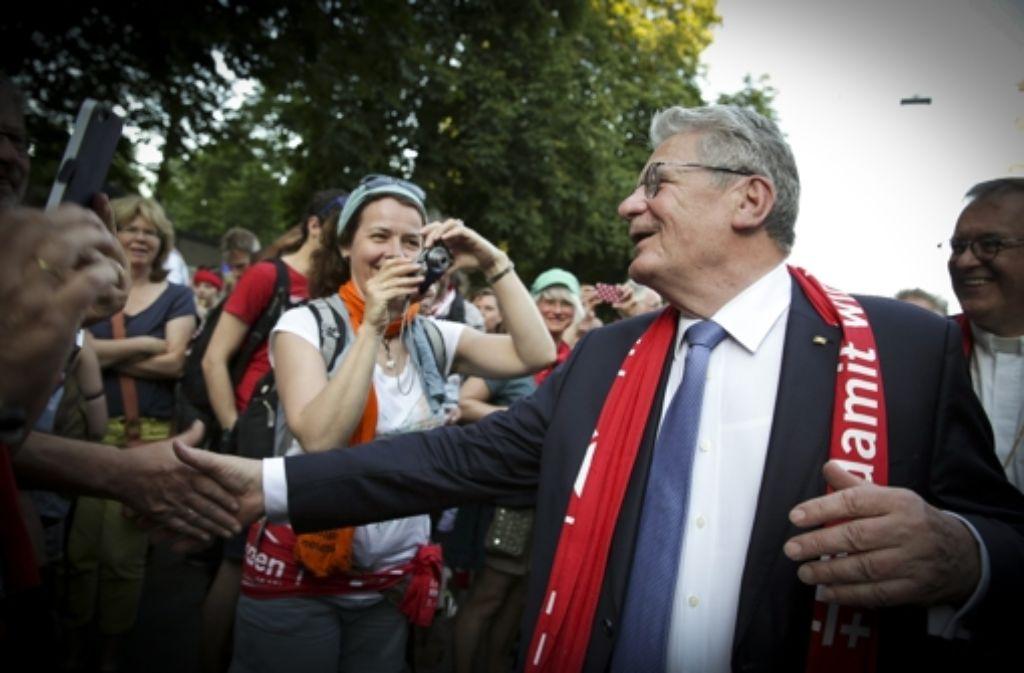 Bundespräsident Joachim Gauck schüttelt Hände beim Rundgang. Foto: Lichtgut/Leif Piechowski