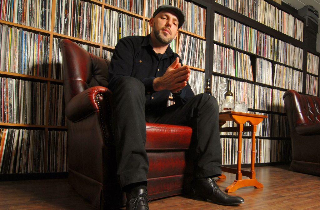 DJ  Emilio vor einer wirklich kleinen Auswahl seiner Schallplatten Foto: privat