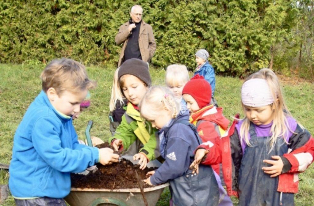 Bevor die Bäume eingesetzt werden, braucht es Kompost in der Pflanzgrube. Foto: Simone Bürkle
