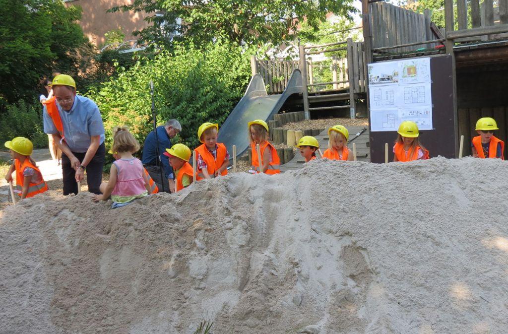 Symbolischer Spatenstich: Im Juli 2018 begannen die Bauarbeiten für die Großkita in Stuttgart-Degerloch. Eigentlich sollte zum Jahresbeginn 2020 alles fertig sein. Foto: Julia Bosch