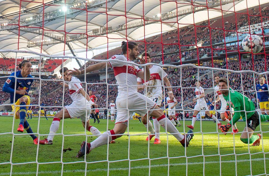 Poulsen (links) trifft zum 0:1 gegen den VfB und lässt die Abwehr schwach aussehen. Foto: dpa