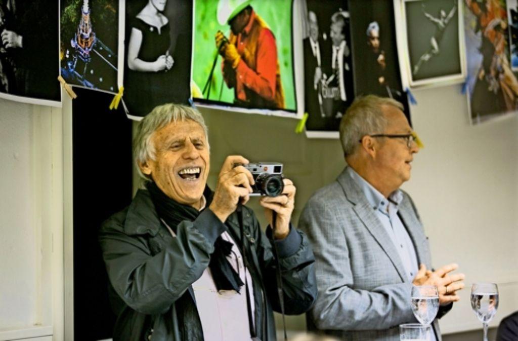 Dieter Blum (links) unterhielt sich mit  Kai Holoch über ein Leben für den Moment – wenn er nicht gerade   fotografierte. Foto: Horst Rudel