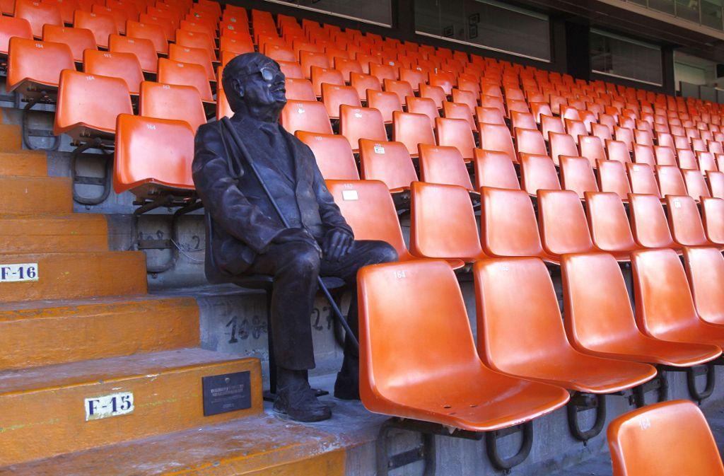 Für immer wird Vicente Navarro Aparicio auf Platz 164 der Reihe 15 im Mestalla-Stadion sitzen. Foto: dpa/Jorge Ramirez