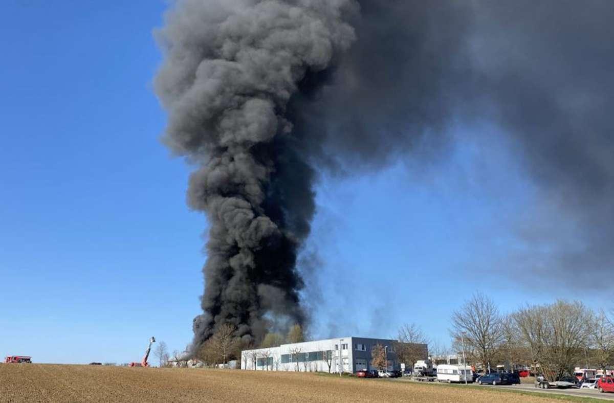 Die mächtige Rauchsäule erregte die Aufmerksamkeit vieler Anwohner. Foto: 7aktuell