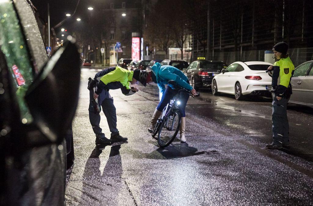 Die Polizei hat am Donnerstag in der Früh ein Auge auf die Beleuchtung der Pendler auf zwei Rädern. Foto: Lichtgut/Julian Rettig