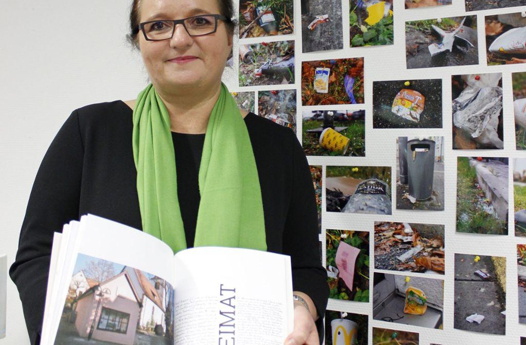 Kunst aus Zuffenhausen: Die Professorin  Christiane Nowottny mit einem Buch zum Thema Heimat der Studentin Alina Draeger. Weniger Schönes, wie die Vermüllung im Bezirk, brachte Stoff für ein Fotoprojekt. Foto: pop