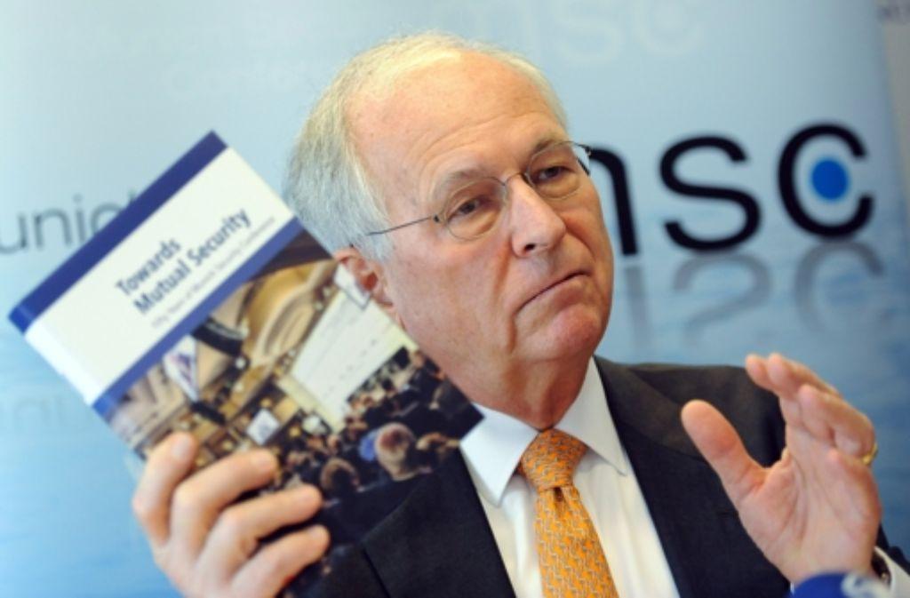 """Zur 50. Sicherheitskonferenz präsentiert Wolfgang Ischinger das von ihm publizierte Buch """"Towards Mutual Security"""" (Unterwegs zu einer Sicherheit auf Gegenseitigkeit). Foto: dpa"""