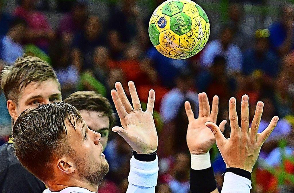 Nur ein griffiges Spielgerät macht den Handball attraktiv – gibt es Alternativen zum Harz? Foto: AFP