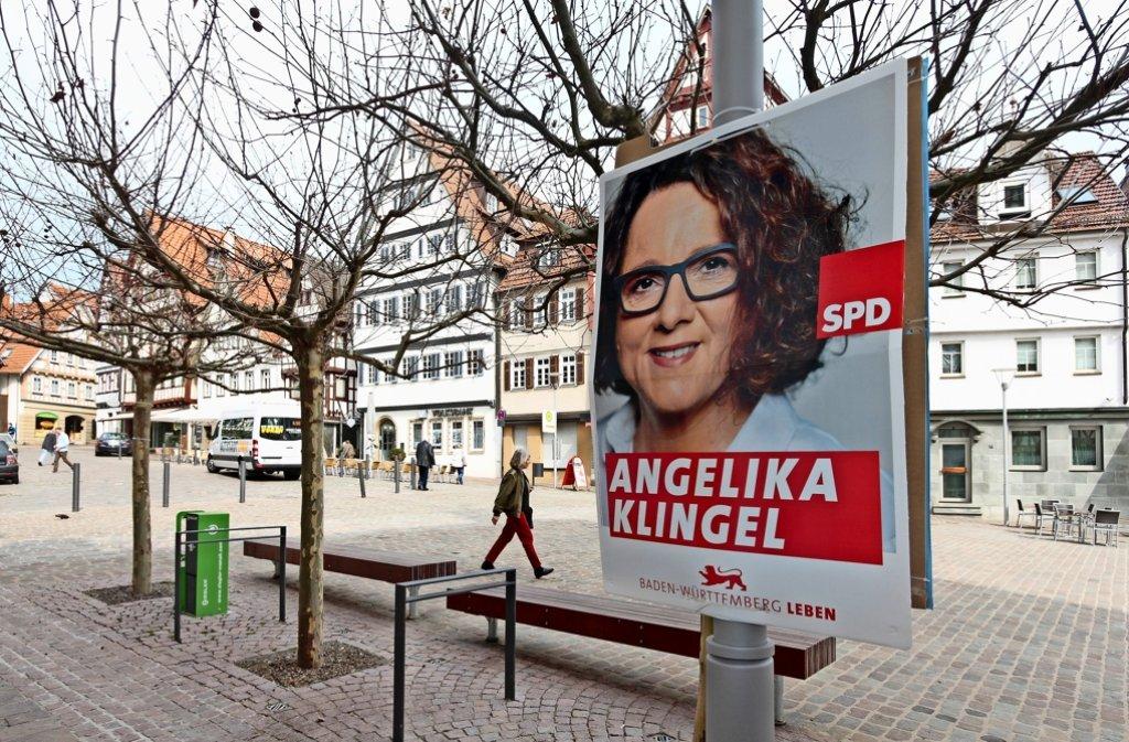 Einsam lächelt SPD-Kandidatin Angelika Klingel vom Wahlplakat, das gar nicht mehr am  Marktplatz hängen dürfte. Foto: factum/Granville