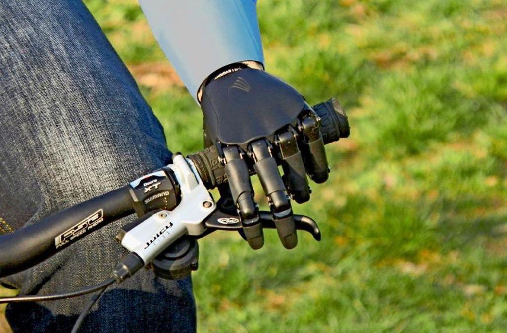 Mit der künstlichen Hand kann ein Prothesenträger auch Rad fahren. Foto: Vincent Systems