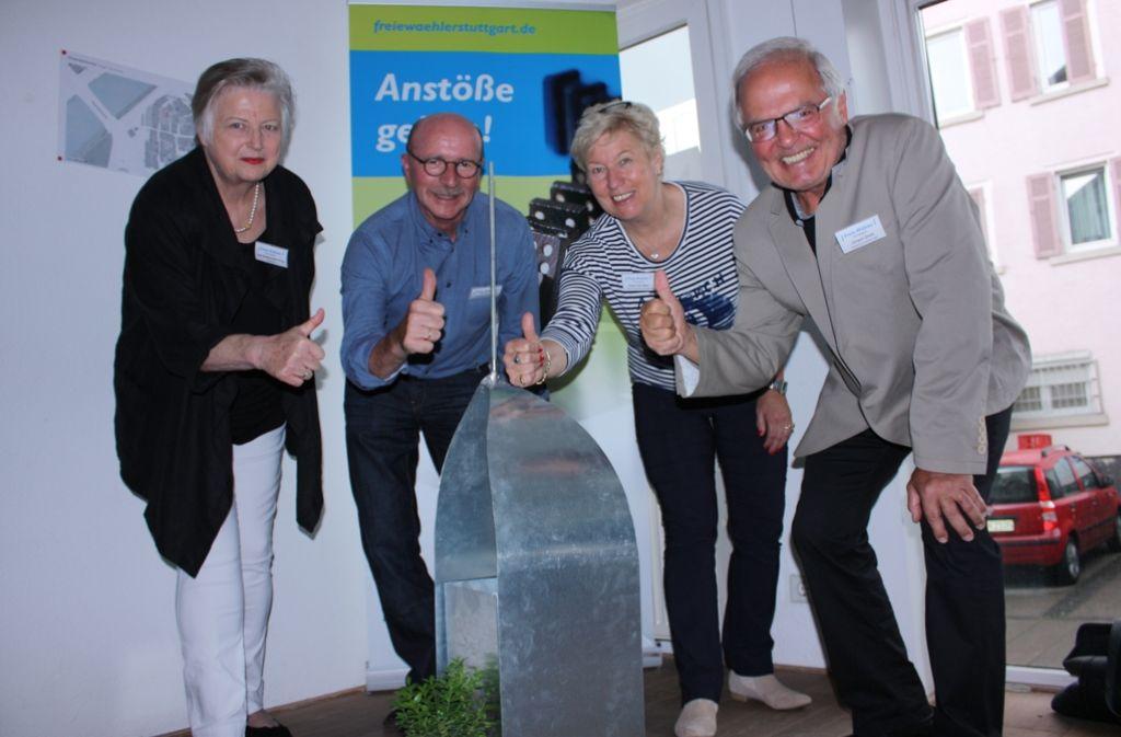 Ilse Bodenhöfer-Frey, Gerhard Veyhl, Rose von Stein und Jürgen Zeeb (von links) mit dem Modell des Monoliths. Foto: Annina Baur