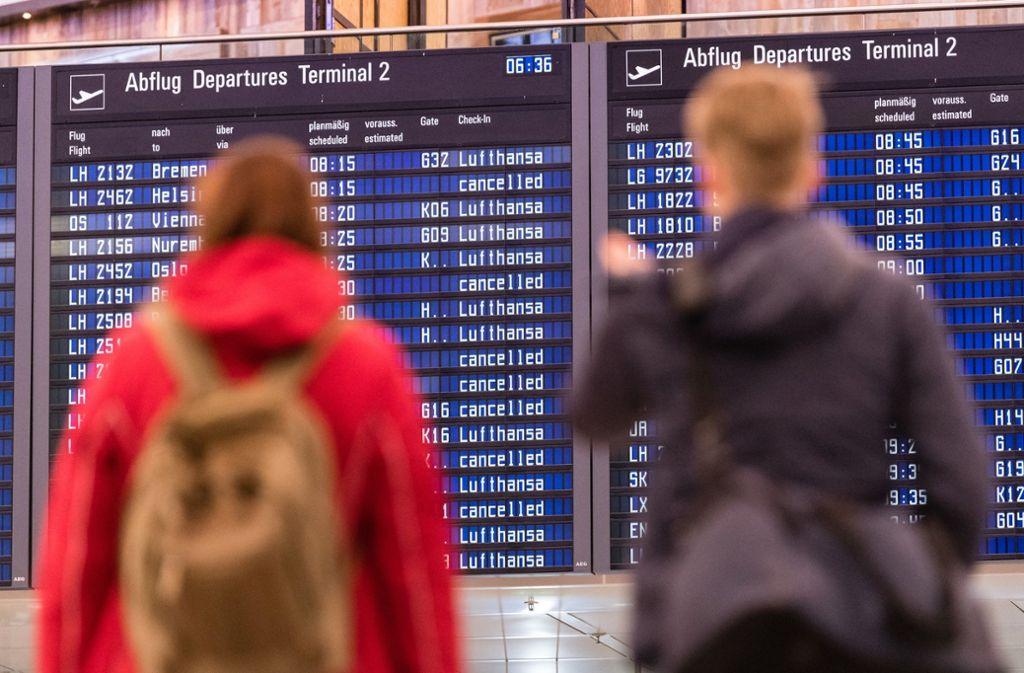 Eine Anzeige weist auf abgesagte Flüge hin – dieses Bild müssen Lufthansa-Kunden nun nicht mehr fürchten. (Archivbild) Foto: dpa/Matthias Balk