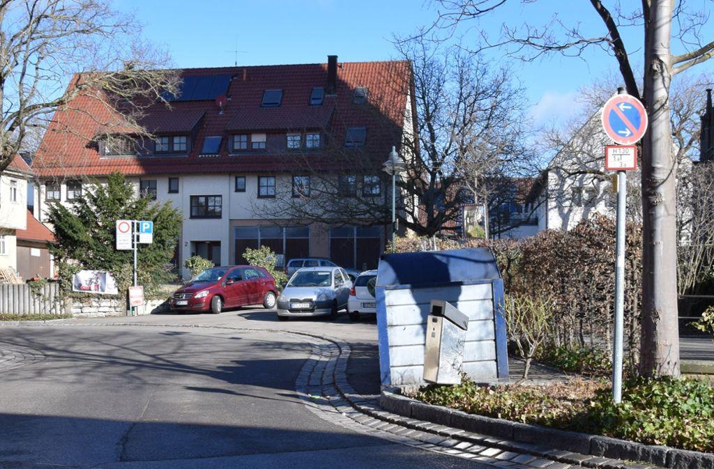 Die Zufahrt in Richtung Gemeindezentrum und den dahinter liegenden Wohnungen ist oft zugeparkt. Foto: Alexandra Kratz
