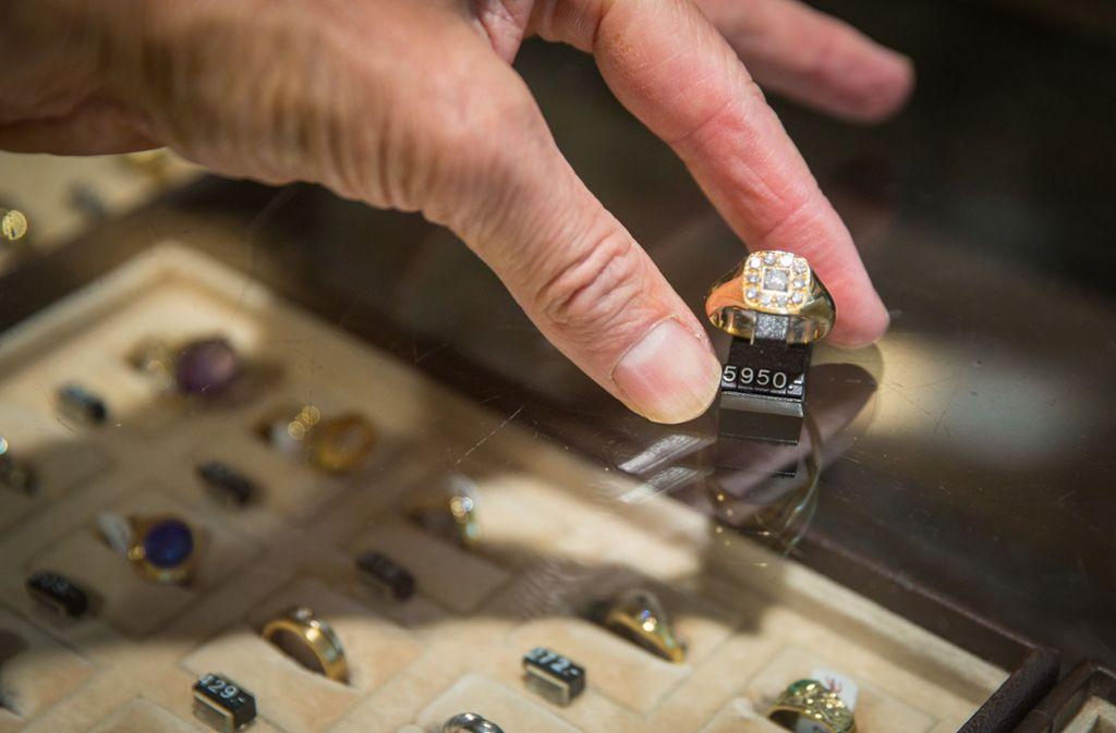 Auf dem Gabentisch soll es glitzern und funkeln, hoffen die Juweliere. Foto: dpa