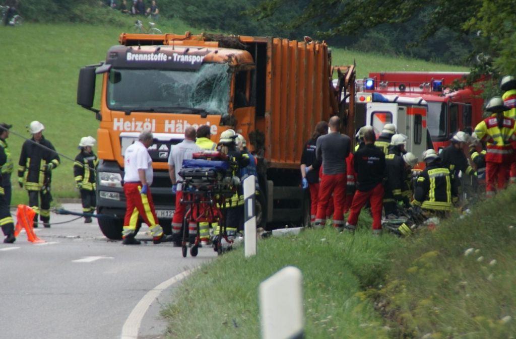 Der Müllwagen ist laut Polizei auf das Auto gekippt. Foto: 7aktuell.de/Oskar Eyb