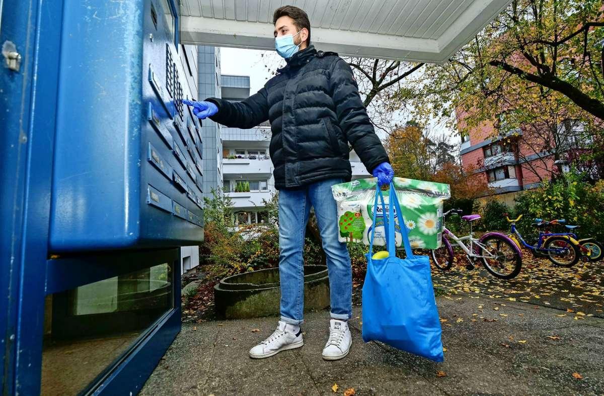 Samet Mutlu von Helfen statt Hamstern liefert bestellte Einkäufe in Sindelfingen  ab. Foto: factum/Granville