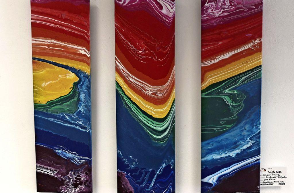 """Ein Tryptichon """"Rainbow Trilogie"""" von Monika Roth im historischen Rathaus. Foto:"""