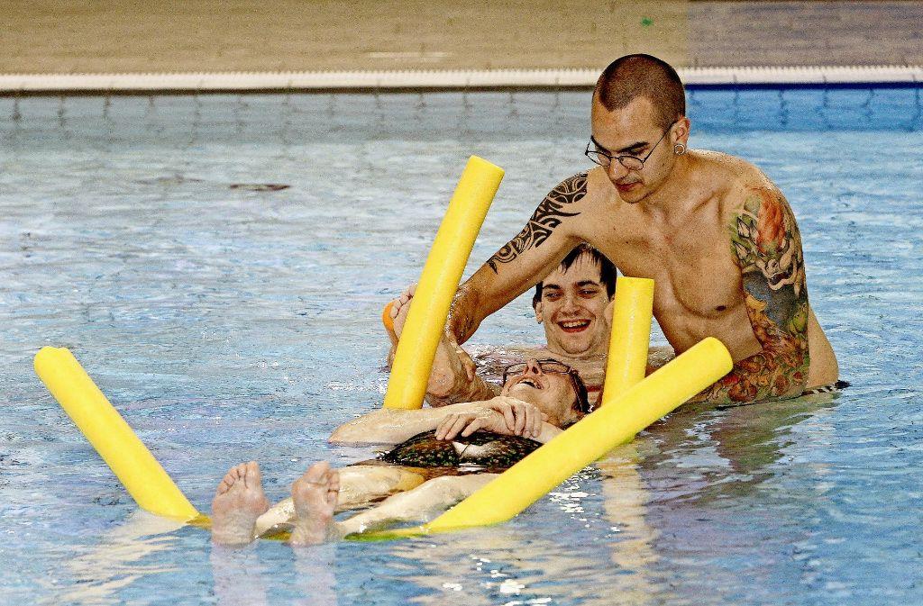 Alex Zügel und seine Schützlinge im Campusbad. Das Schwimmen ist in diesem Fall eher Nebensache. Foto: factum/Bach