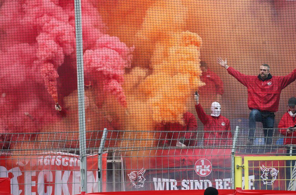 Die Fans zogen die Aufmerksamkeit des Derbys auf sich. Foto: dpa/Michael Deines