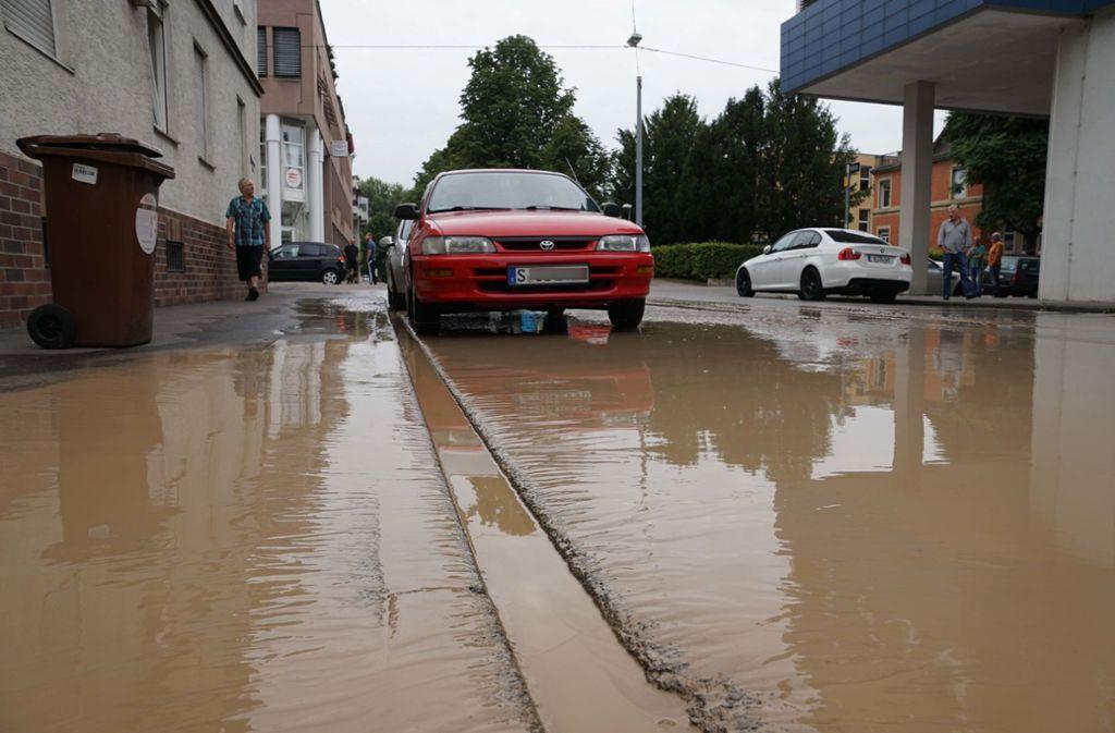 Durch einen Wasserrohrbruch stand die Krefelder Straße am Dienstagvormittag unter Wasser. Foto: