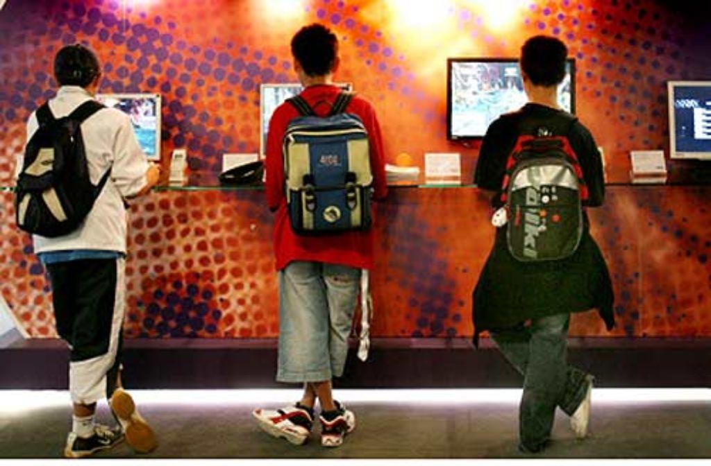 Medien als feste Begleiter – das ist heute für die meisten Jugendlichen selbstverständlich. Computerspiele sind besonders bei Jungen beliebt. Die Eltern sind oft hilflos. Foto: dpa