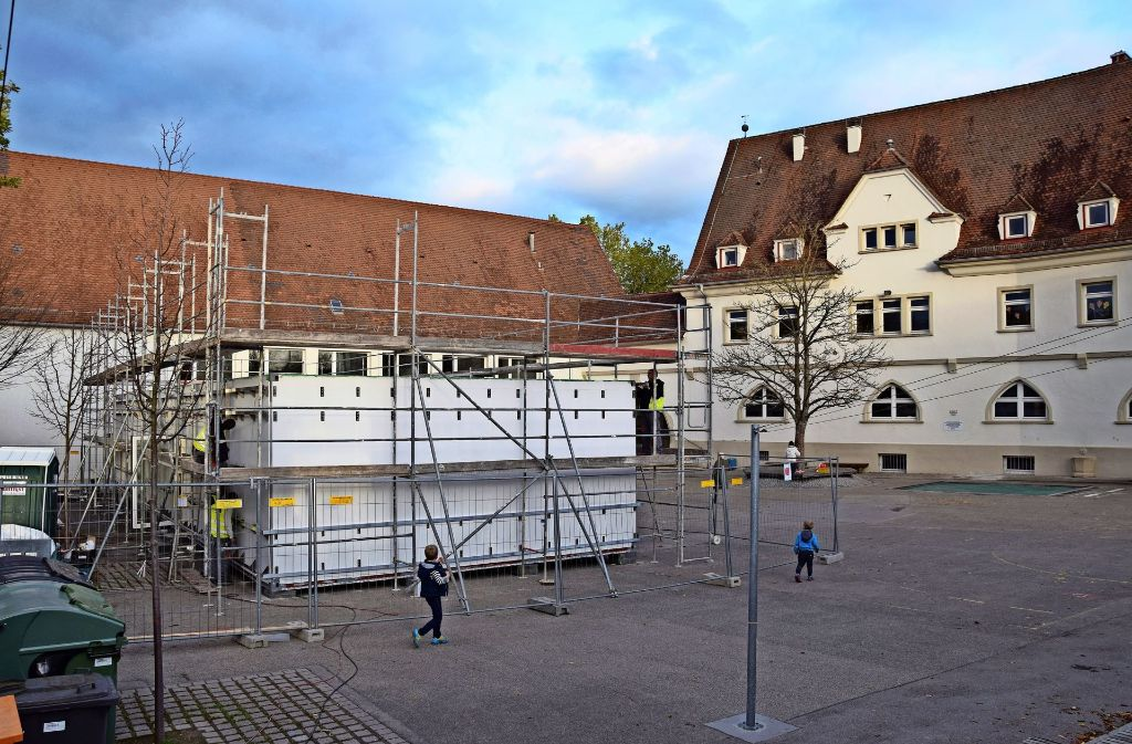 Mit den Containern wird es auf dem Pausenhof eng. Foto: Alexandra Kratz
