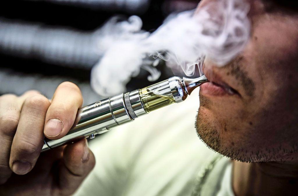 Von Dampf sprechen viele bei dem Chemiecocktail, den E-Zigaretten abgeben. Dabei hat das Aerosolgemisch mit Wasserdampf eher wenig gemein: Es ist potenziell krebserregend. Foto: Leif Piechowski