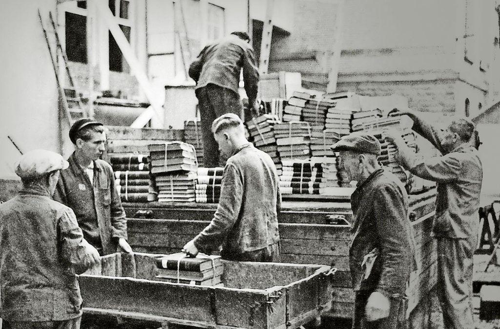 Sowjetische Zwangsarbeiter laden an der Universität Stuttgart Bücher auf einen Wagen. Gunter Demnig verlegt Stolpersteine für Zwangsarbeiterkinder in Möhringen (Bild oben),  Stolperstein  für die Zwangsarbeiterin Katharina Karanowa. Foto: