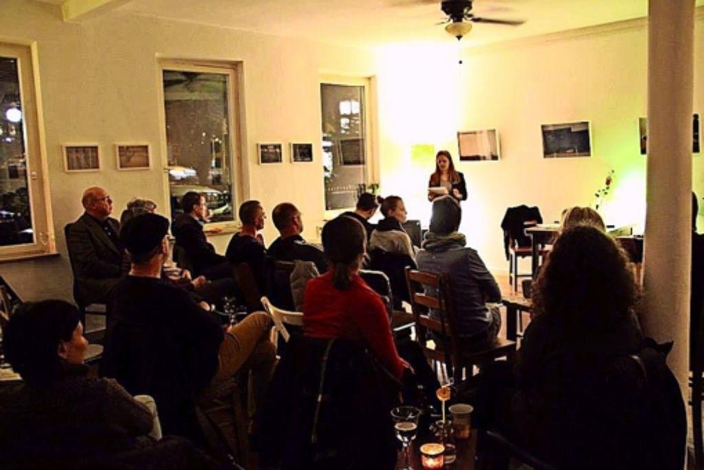 Caroline Grafe moderiert eine  Lesung im Westquartier. Foto: privat