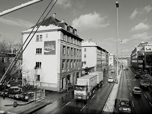 """Abgerissen: Die Bürgerhäuser gehörten im 19. Jahrhundert zu den ersten Adressen in Stuttgart: die noblen Bürgerhäuser an der Willy-Brandt-Straße. Doch schon Anfang der 1990er Jahre wurden einige der denkmalgeschützten Häuser abgerissen – eine Sanierung sei dem Land als Eigentümer wirtschaftlich nicht zuzumuten, hieß es. 2004 wurden auch die letzten Häuser beseitigt. Heute """"prangt"""" dort ein neues Ministerium.  Foto: Factum"""