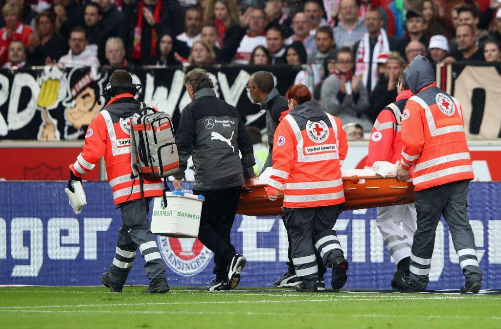 VfB-Kapitän Gentner wird von Sanitätern vom Feld getragen. Foto: Bongarts