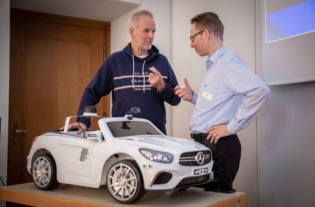 Alexander Kolbai (links) und Norbert Krain haben auf der Jot-Con im Literaturhaus von den Herausforderungen des autonomen Fahrens berichtet. Foto: Lichtgut/Julian Rettig