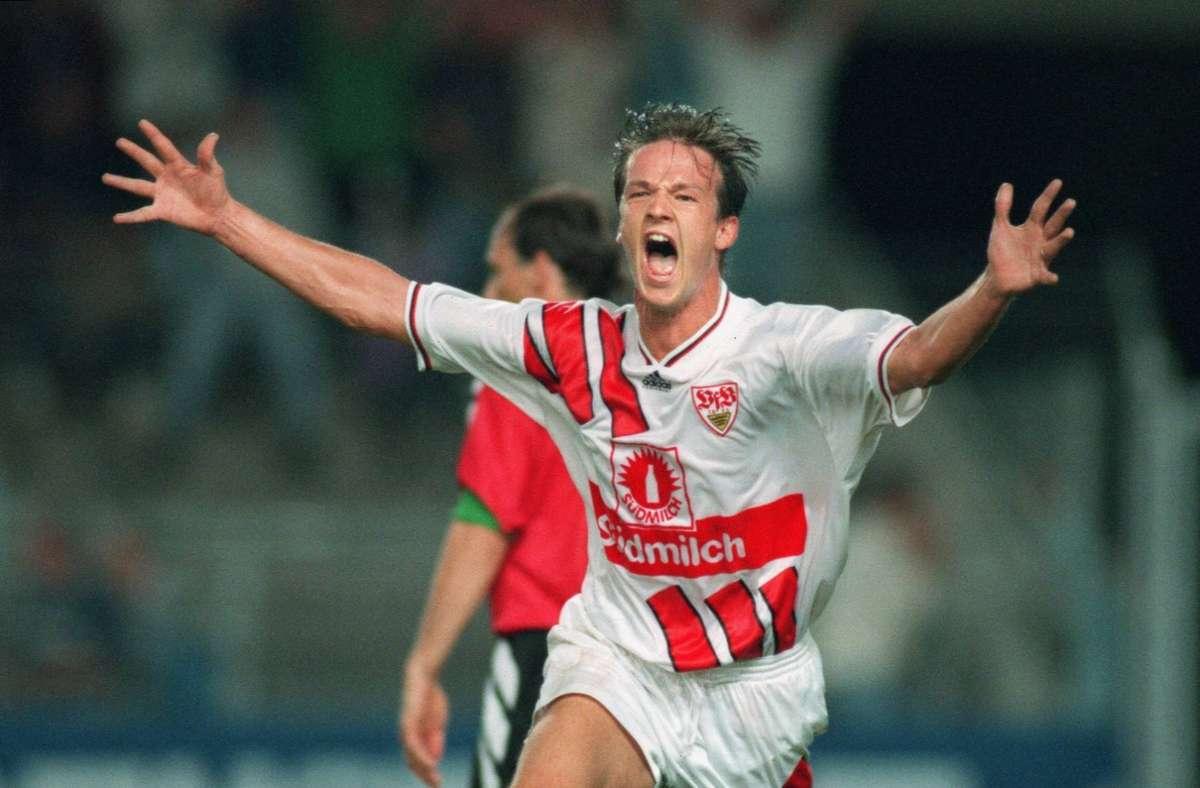 """Im Sommer 1994 wechselte Bobic in die 1. Bundesliga zum VfB Stuttgart, für den er am ersten Spieltag der Saison 1994/95 im Spiel gegen den Hamburger SV debütierte. Nach seiner Einwechslung in der 73. Minute erzielte Bobic in der letzten Minute den 2:1-Siegtreffer für den VfB. In seinen ersten fünf Bundesligaspielen erzielte er jeweils einen Treffer – das ist bis heute ein einsamer Rekord. Damit begann seine Profikarriere, die ihren Höhepunkt wohl zu Zeiten des """"Magischen Dreiecks"""" mit Krassimir Balakow und Giovane Élber beim VfB Stuttgart hatte.  Foto: Imago"""
