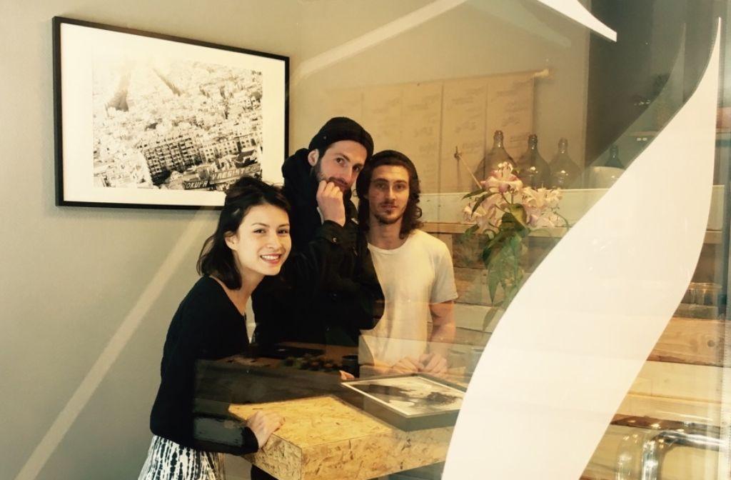 Elisabeth Zettner, Philipp Köhler und Sandro Trovato freuen sich auf die Vernissage. Foto: Tanja Simoncev