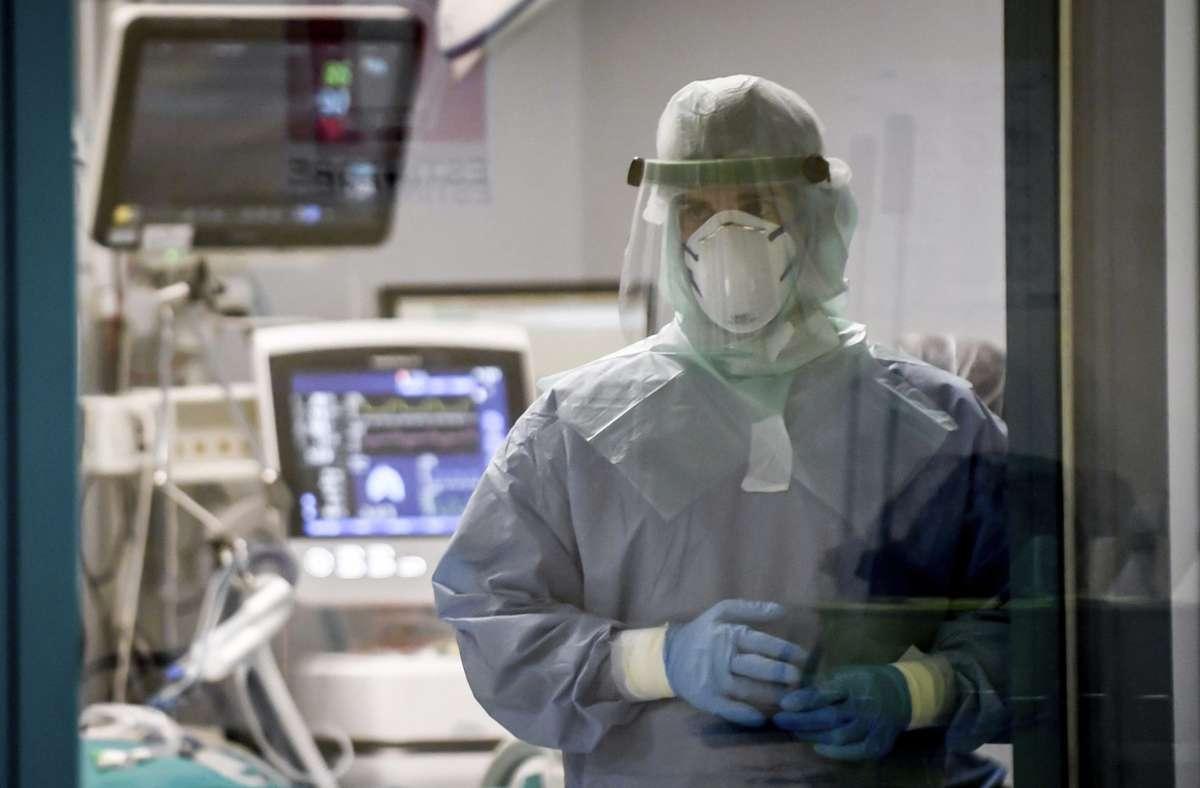 Ein Arzt im italienischen San Matteo behandelte im März  einen Corona-Patienten. Einer Studie zufolge gab es Spuren des Virus schon seit Dezember 2019 in Italien. (Symbolbild) Foto: dpa/Claudio Furlan