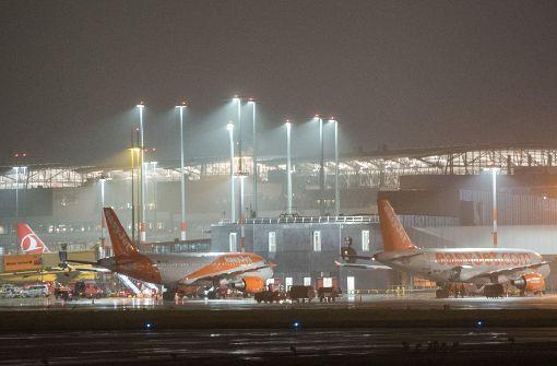 Zwei Menschen auf der Flucht legen Flughafen lahm