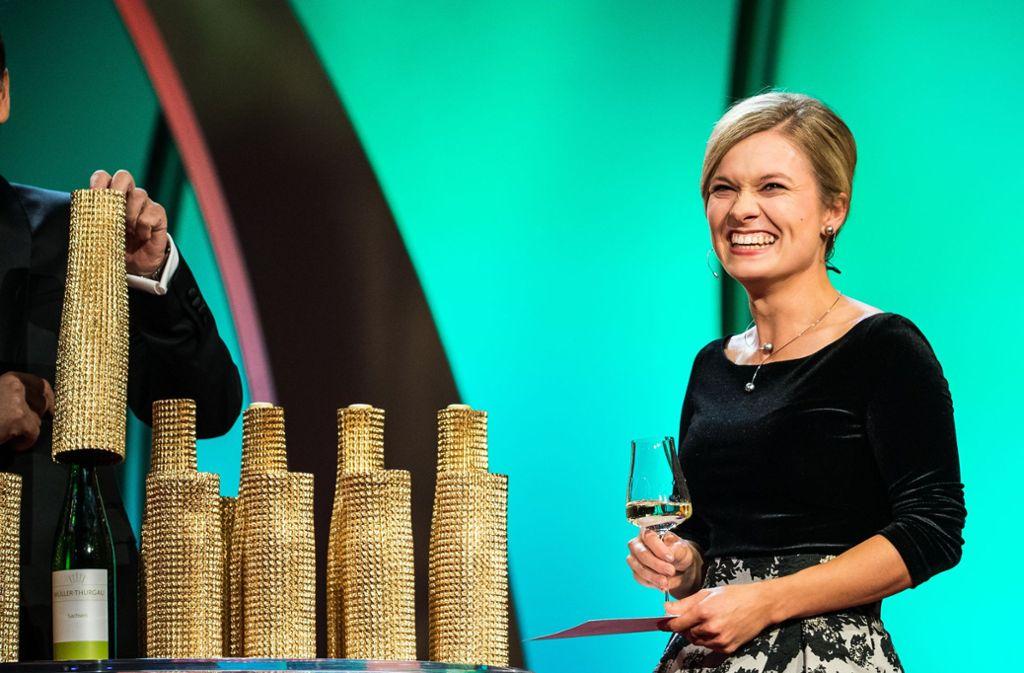 Carolin Klöckner strahlt – sie ist neue Deutsche Weinkönigin. Foto: dpa