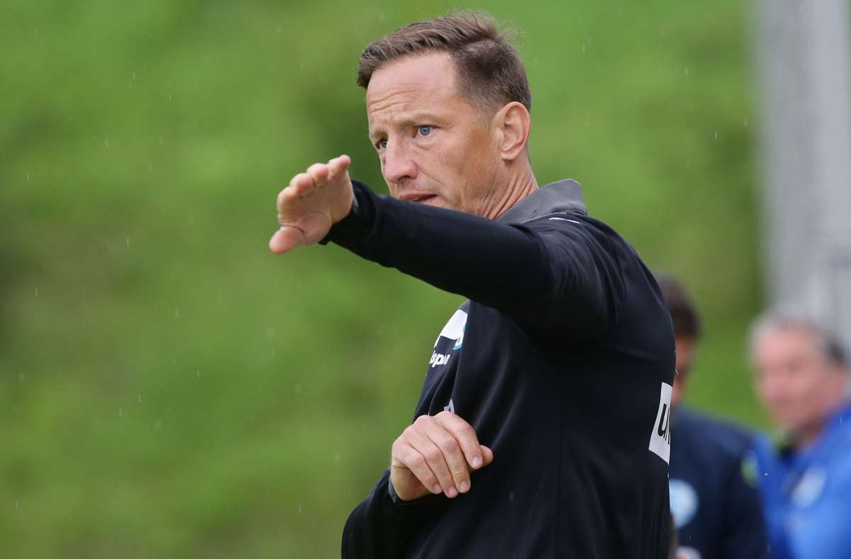 Kickers-Trainer Ramon Gehrmann gibt seiner Mannschaft Anweisungen. Foto: Pressefoto Baumann/Hansjürgen Britsch