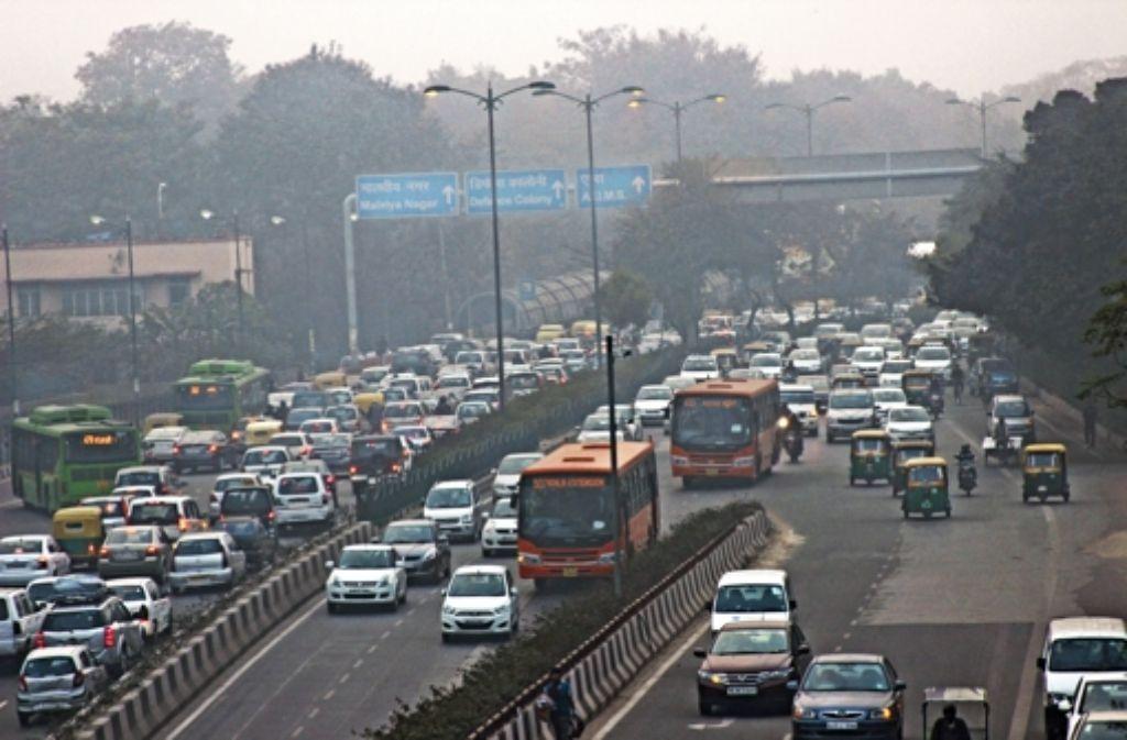 Abertausende von Autos rollen täglich über Delhis Straßen – und es werden immer mehr. Foto: dpa