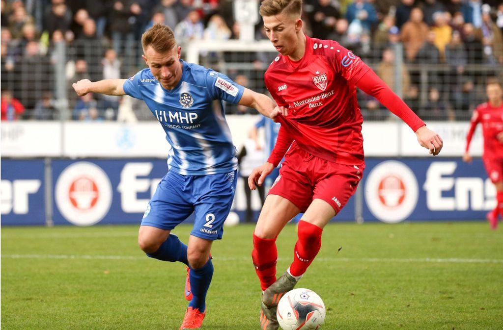 Das Hinspiel zwischen den Stuttgarter Kickers und dem VfB II war eine deutliche Angelegenheit. Die Blauen (hier mit Malte Moos ) gewann gegen die Roten (hier mit Nick Bätzner) mit 3:0. Foto: Pressefoto Baumann/Alexander Keppler