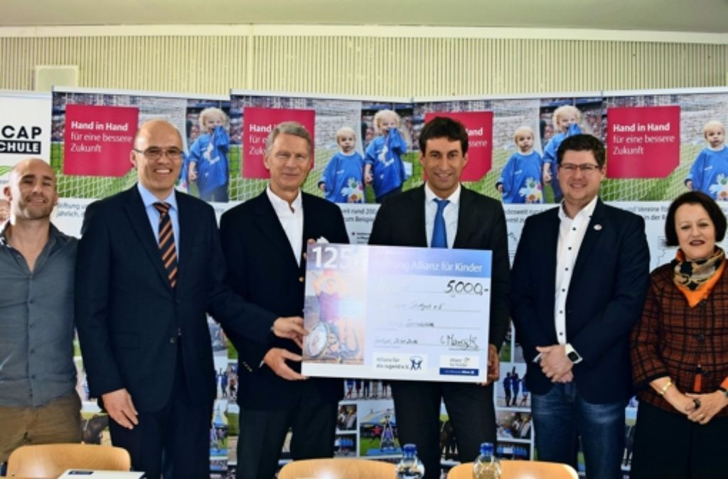 Hans-Christoph Dölle (Dritter von links) ist Vorstand bei der Stiftung Allianz für Kinder und hat bei der Auftaktveranstaltung einen Scheck übergeben. Foto: A. Kratz