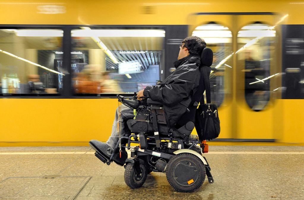 Mit einem E-Rollstuhl kommt man nicht überall in die Stadtbahn. Foto: