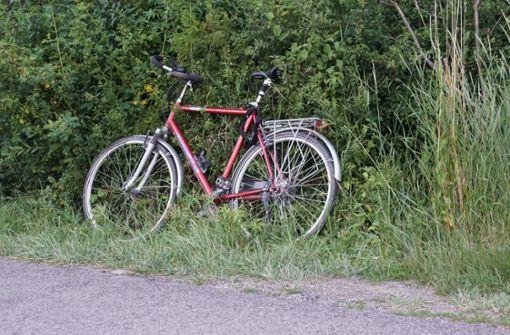 Radfahrer stürzt und bleibt bewusstlos liegen