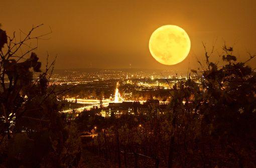 Am 14. November 2016 ließ der Supermond über Stuttgart die Stadt erstrahlen. Foto: Leserfotograf burgholzkaefer