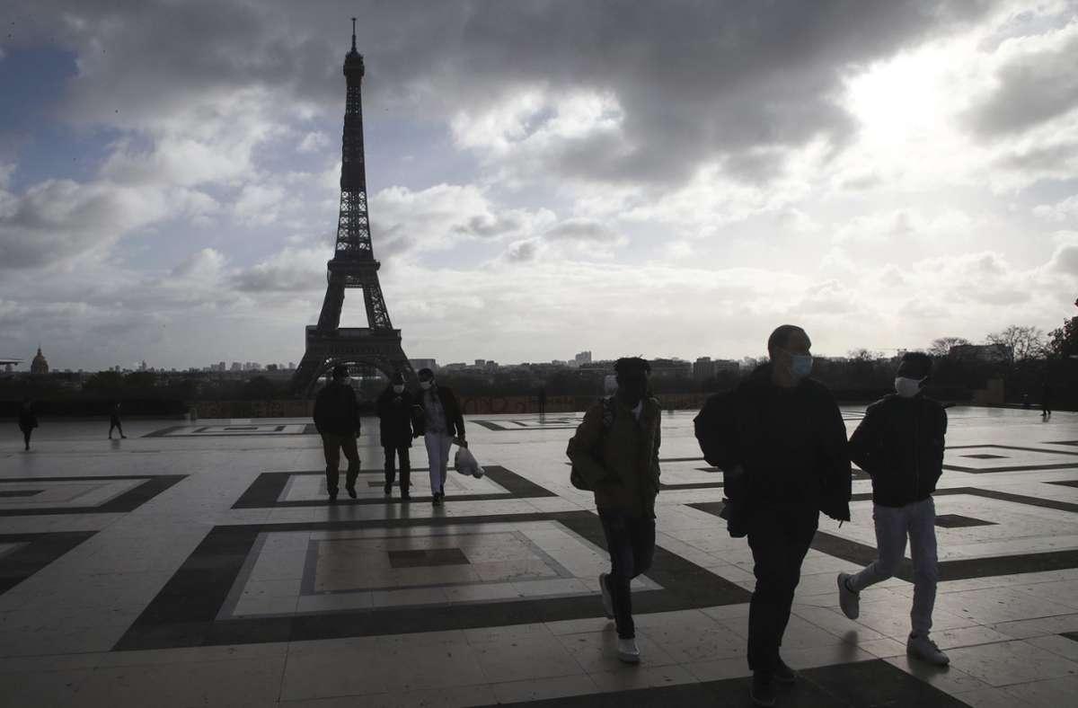 Paris hat viele schöne Seiten – aber wenige grüne Plätze. Wegen der Corona-Beschränkungen können viele Einwohner die Parks der Stadt nicht erreichen und müssen auf dieses kleine Stückchen Erholung verzichten. Foto: AP/Michel Euler