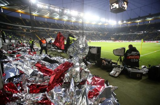 Eintracht-Fans bauen Choreo vor Europapokal-Spiel ab