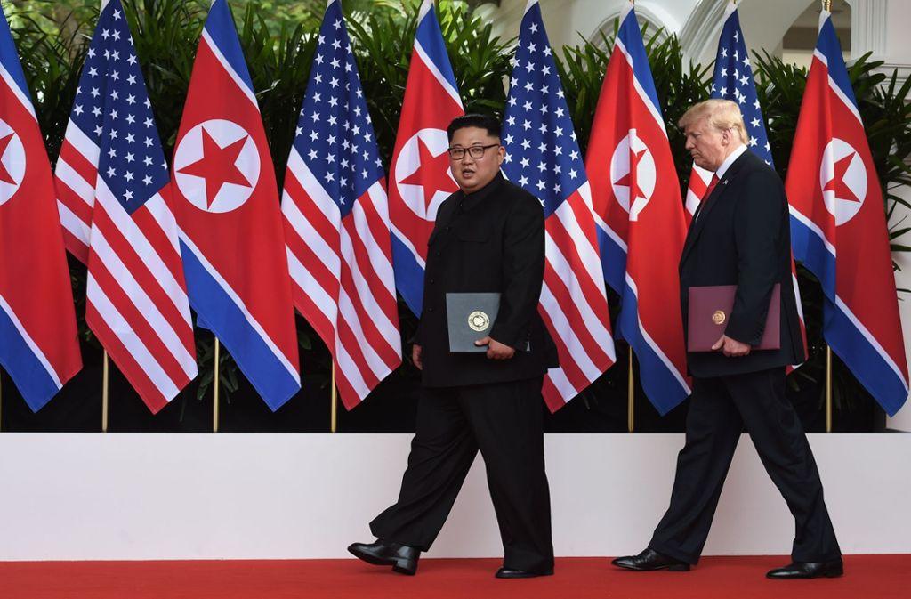 Kim Jong Un und Donald Trump mit dem Dokument des Gipfels. Foto: AFP